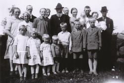 Familie på Fosse bruk 10. Ståande frå venstre Olga Oma, f. F