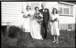 Bryllupet på Tjøtta. Brudeparet med brudejenter. (Johanna Lervik f. Tjøtta (1913 - 1977) og Paul Lervik (1903 - 1984), Tjøtta bruk 53)?