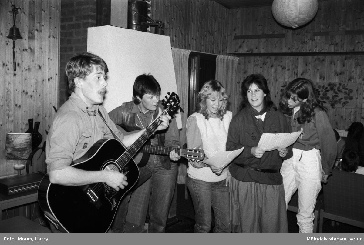 Sång- och musikuppträdande vid scout- och föräldraträff i Kållereds missionskyrka, år 1984.  För mer information om bilden se under tilläggsinformation.