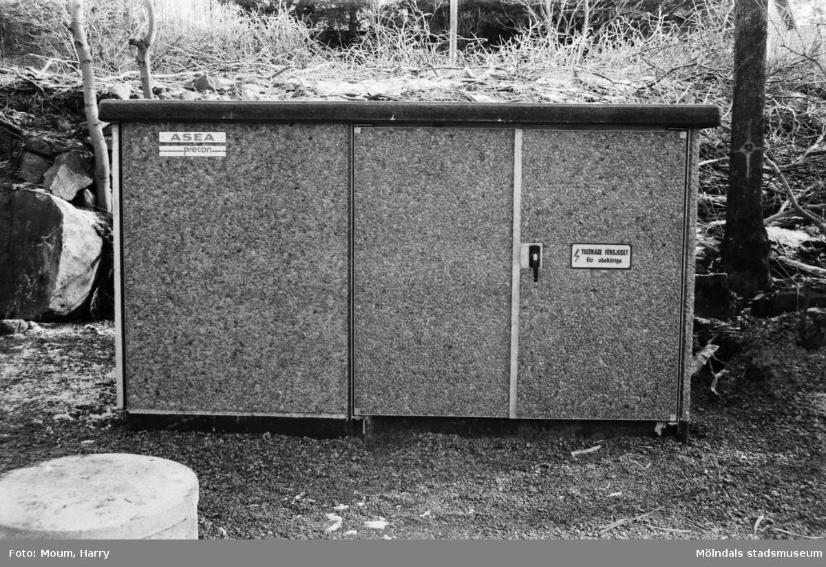 Yngeredsfors Kraft AB utför elarbeten vid Södra Kyrkvägen i Kållered, år 1984.  För mer information om bilden se under tilläggsinformation.