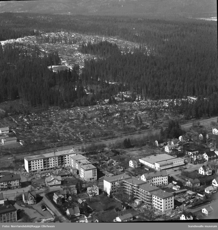 Flygfoto över centrala Timrå med slutspurt på byggen av flerfamiljshus vid Skogsvägen och Köpmangatan.