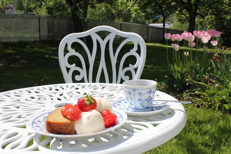 Om sommeren er hagemøbler, bord og benker tilgjengelig (Foto/Photo)
