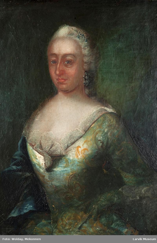 Portrett dame i grønn kjole m/gult mønster, hvit besetning i halsen, mørkegrønn kappe