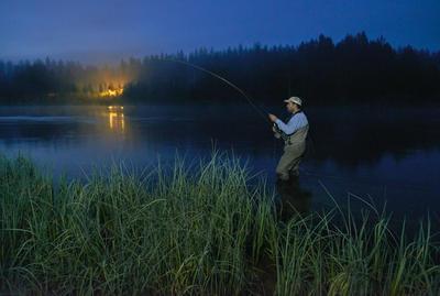 Fluefiske om natta i Renaelva, Åmot, Hedmark 2014