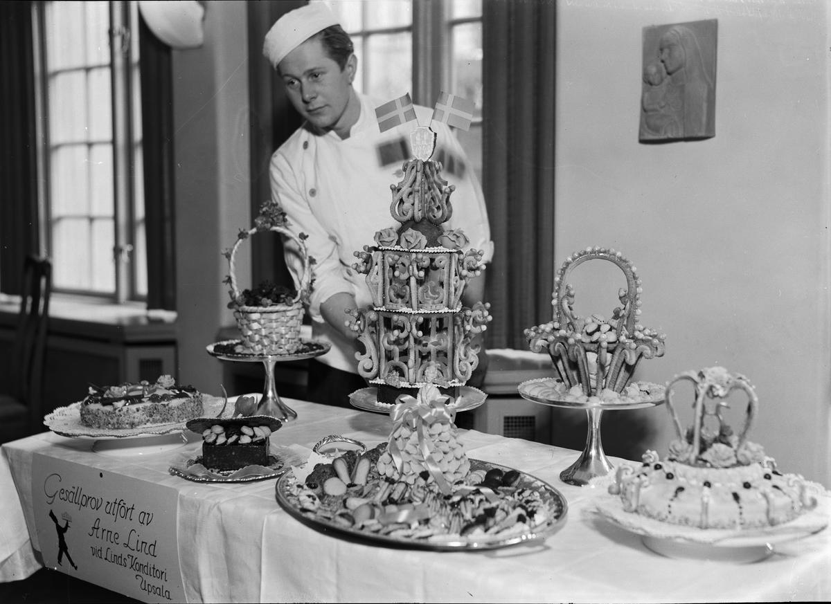 Konditor Arne Lind visar upp sitt gesällprov, Hantverksföreningens festvåning, Nedre Slottsgatan, Uppsala mars 1943