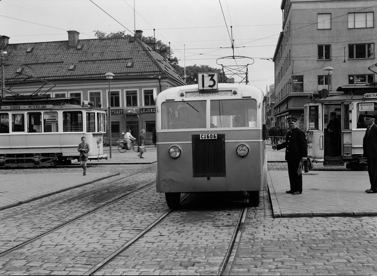 Spårvagnar och buss på Stora torget, Uppsala 1939