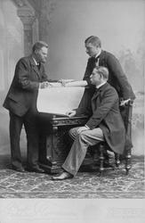 Porträtt t.v. Nils Ekholm, ingick i 1896 års expedition, Nil