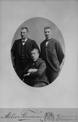 Porträtt av de tre polarexpeditionsfarana år 1897. Fr.v. Knu