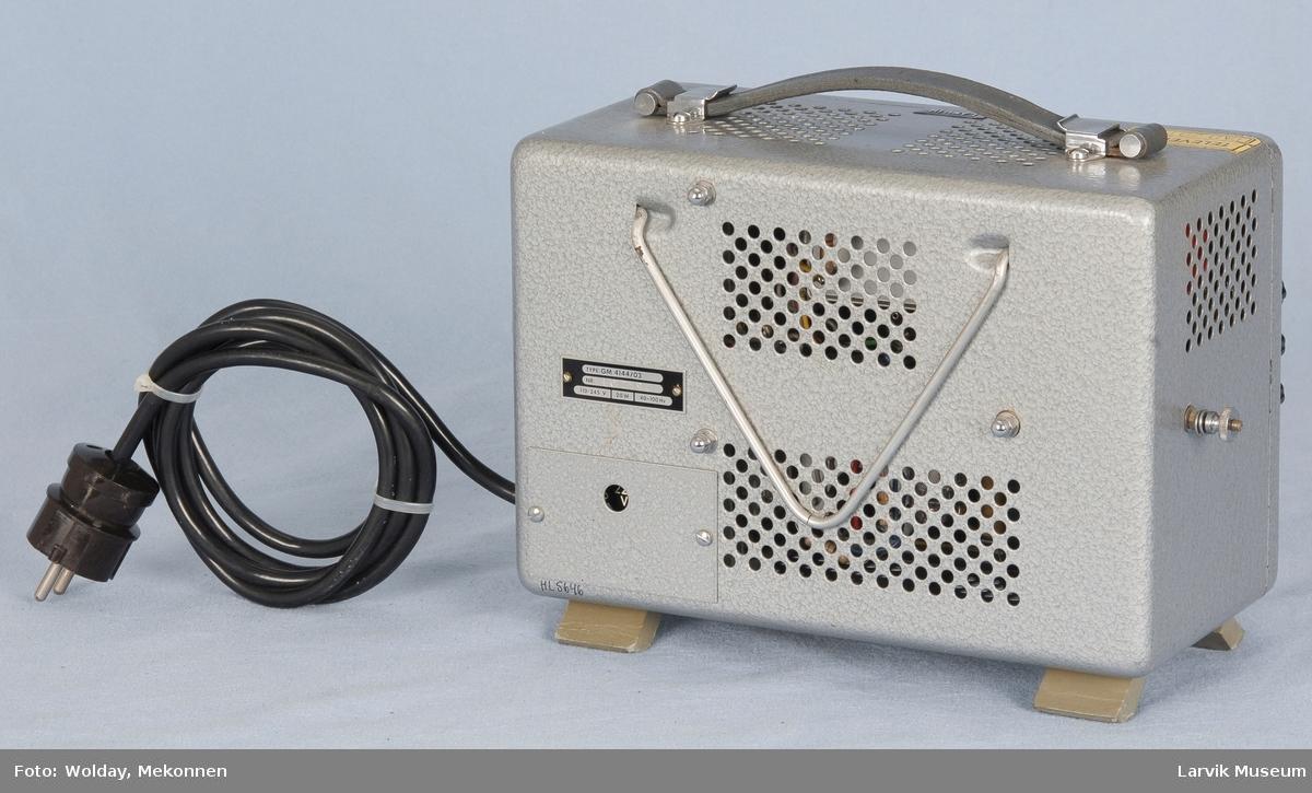 Bærbar kasse med kanalvelgere og rund måleskive. Uttak i siden til 10-25-50-100-250V