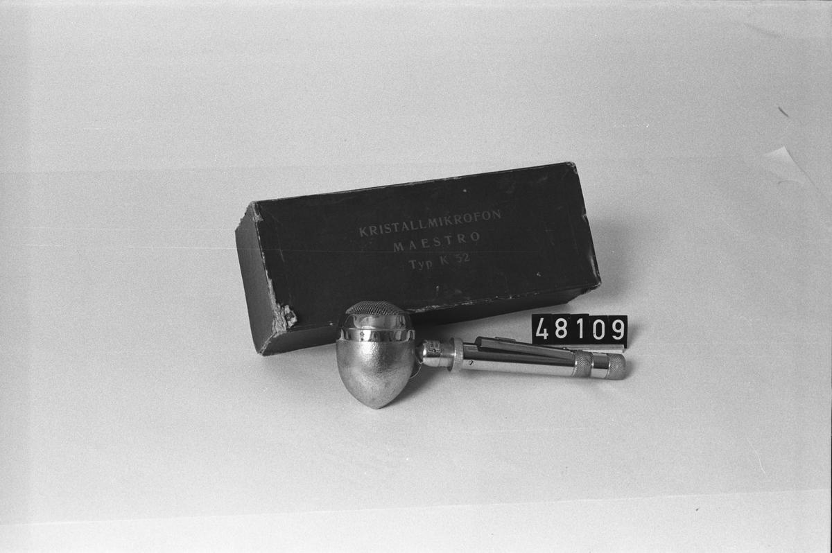 """Mikrofon i originalkartong, Maestro K52 ser.nr:1951, kartongen märkt: """"Kristallmikrofon Maestro typ K 52""""."""