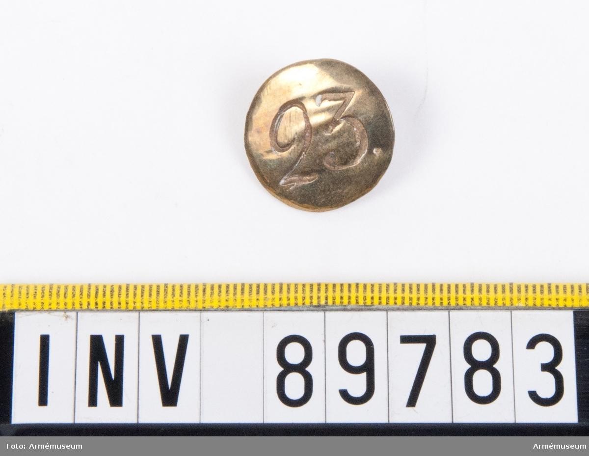 Grupp C. En knapp med siffran 23.