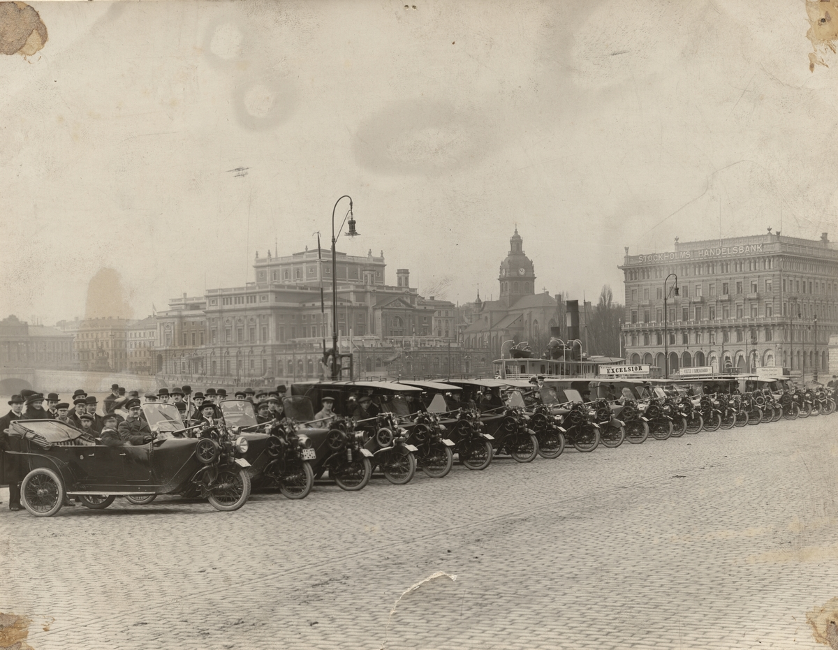 Kortege av Phänomobiler genom Stockholm 1913.