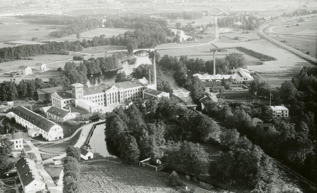 Flygfotografi över  Gefle Manufaktur och Strömsbro Gävle, Gästrikland, 1938.