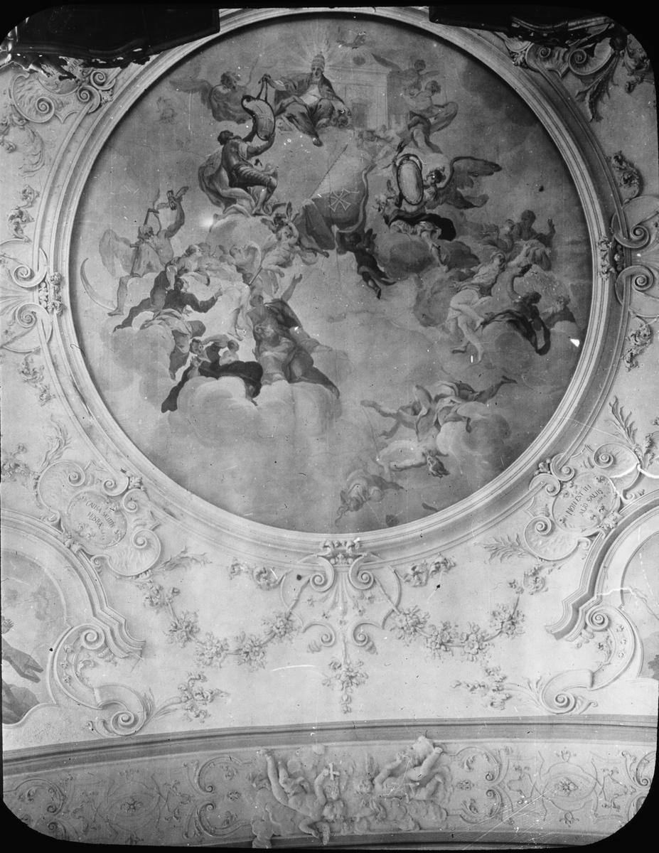 Skioptikonbild med motiv av takmålning i okänd byggnad i Heilbronn. Bilden har förvarats i kartong märkt: Resan 1908. Heilbronn 7. XXII.