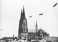 Skioptikonbild med motiv av luftskepp över katedralen i Köln