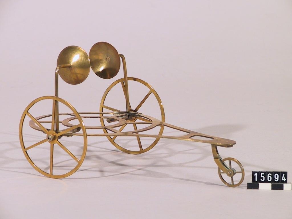 Försöksapparat för reaktionsdrift, trehjulig vagn. Lampa för sprit e.d. och panna med munstycke saknas.