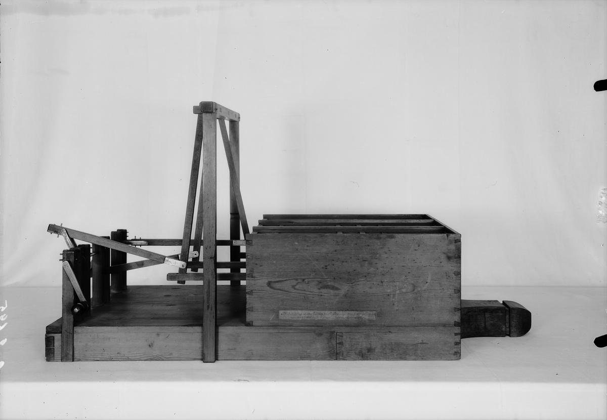 """Modell av sexdubbel bälg, konstruerad av J. Norberg. Text på föremålet: """"N:o 189. Modell på 6 dubbel Trädbälg, till Försök på någon ...... Af Commissarien Norberg""""."""