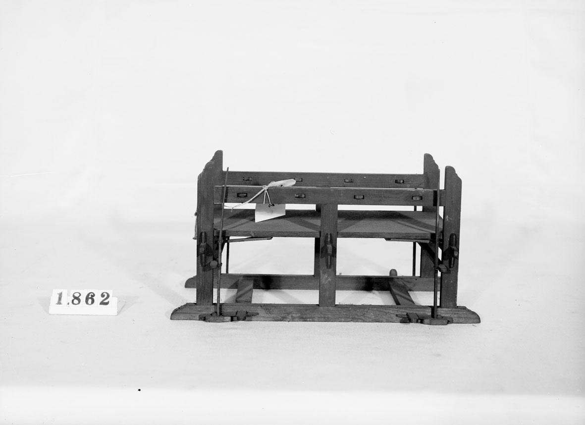 """Modell av mangel med fjädrar. Text på föremålet: """"N:o 90 9 C-e-2 N:o 172. ........Norberg""""."""