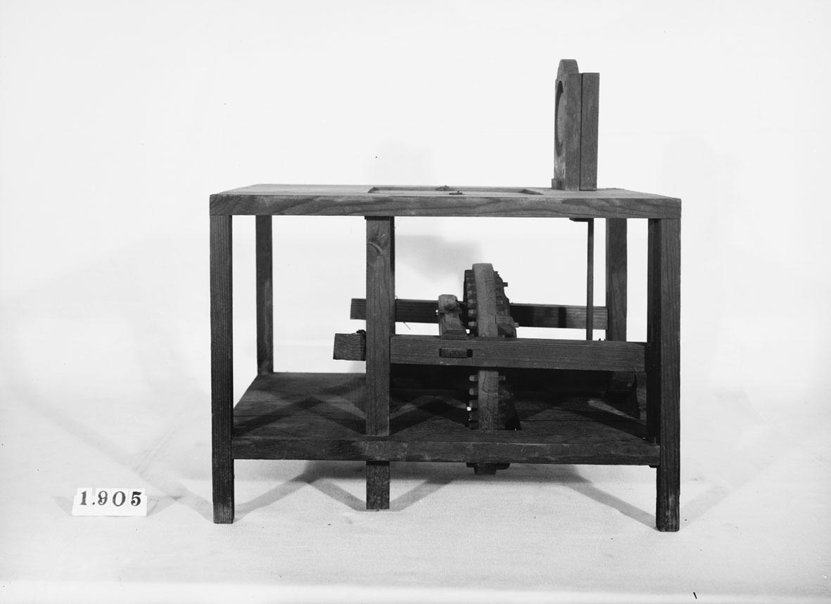 """Modell av kvarn med Chr. Polhems räkneverk. Text på föremålet: """"N:o 137 ..... 33"""". I Jonas Norbergs förteckning från 1779 beskrivs modellen på följande sätt: """"Modell at uträkna, huru mycket som males på en Qvarn, medan man är frånvarande. Af Hess Commerce=Rådet Polhem."""""""