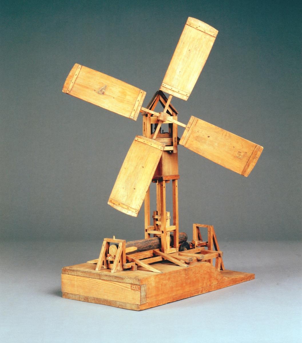 """Modell av sågkvarn med vindhjul. Text på föremålet: """"Sågqvarn af Polhem. No. 10 F ? B-d-(8) 34""""."""
