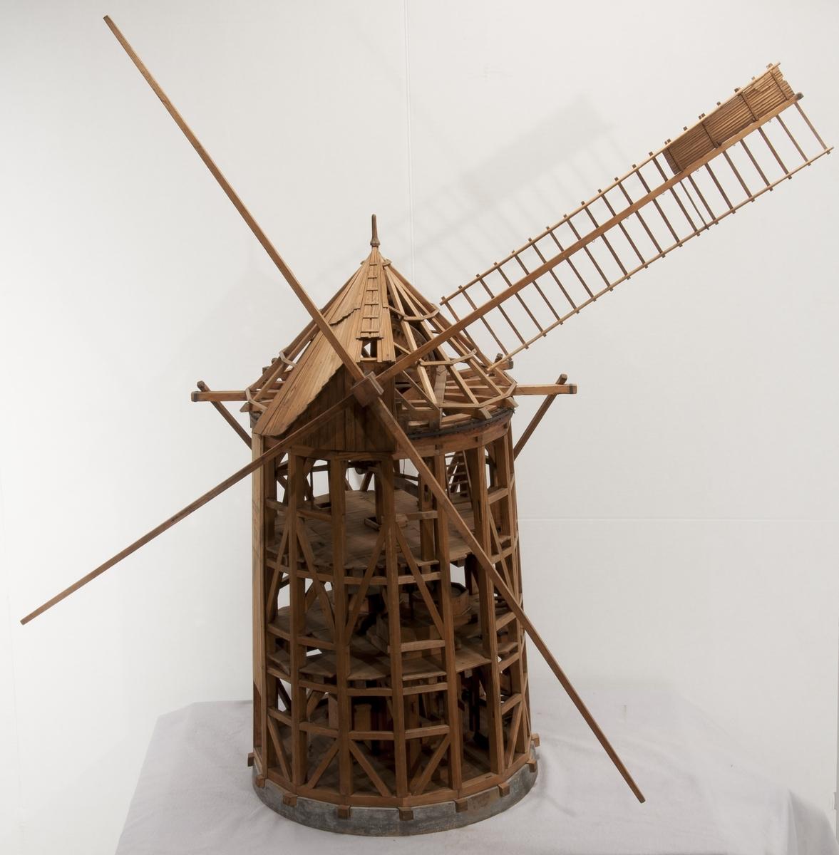 """Modell av väderkvarn. Text på föremålet: """"N:o 101. Modell på 16 kantig wäderqwarn Stora Tisan kallad. Står på norrmalm. X.D.3."""". I Jonas Norbergs förteckning från 1779 beskrivs modellen på följande sätt: """"Modell på en sextonkantig Wäderqvarn, hvarpå allenast taket med vingarna omvrides, och i nedre delen eller huset står stilla. Gjord efter en på Norrmalm stående Qvarn, som kallas Stora Tisan, hvilken går med 3 par stenar, och har sikt."""""""