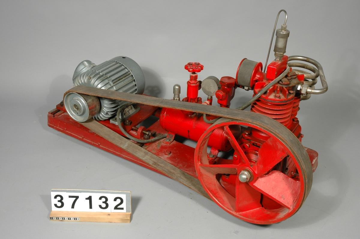 """Komplett av rödlackerat järn, på stativ av gjutjärn. Med drivhjul och rem av läder. Motor: tillverkare Elektromekano Nr 732187 380/660 50 per 1.5 hk Typ Kr/08-4 synkronmotor 1400 v/s. Bottenplattan: 1050 x 400 mm, max bredd: 500 mm, max höjd: 700 mm.  Textat på maskinen: """"AB. J.C LJUNGMAN MALMÖ SWEDEN TYP 252 - III"""""""