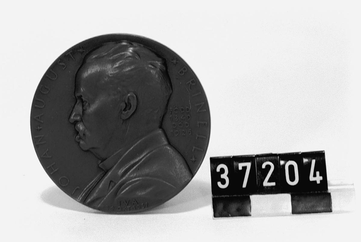 """I brons. Åtsidan: Vänsterprofil av J.A Brinell, text runt om """"Johan August Brinell född 1849 död 1925, IVA 24 okt 1937"""". Frånsidan: Prometheus ."""