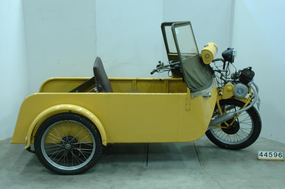 Trehjulig lastmotorcykel med drivning på framhjulet, modellkod NV0000, årsmodell 1942, chassinummer 3019, lastutrymmets längd 0,75 m och överhäng 0,42 m, axelavstånd 1,75 m, däcksdimension fram 3,25-19, bak 2,50-19, tjänstevikt 180 kg, maxlast 200 kg.