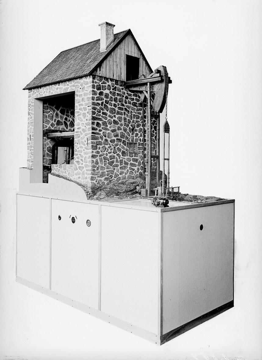 """Modell i skala 1:10 av atmosfärisk ångmaskin, """"Eld- och luftmaskin"""". Uppfodrade vid 14 slag per minut c.a. 900 liter vatten från 55 meters djup. Till modellen hör en modell i samma skala av en modern Zeta-pump med samma effekt."""
