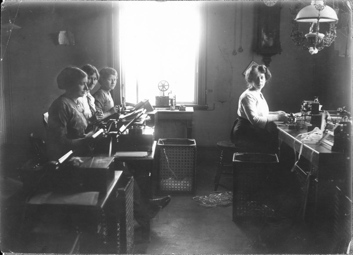 Lødingen telegrafstasjon er en tømmerbygning i to etasjer på granittmur, og dekket med skifer på taket.  Hele første etasje ble brukt som ekspedisjonslokaler for telegram fram til 1936. Etasjen inneholdt gang, ytre skranke, indre skranke, Morsesal, Wheatstonesal og Siemenssal. I annen etasje hadde telegrafinspektøren sin leilighet og sine kontorer fram til 1913. Da rikstelefonen kom, fikk også denne plass i annen etasje. I loftsetasjen var det fire hybler med alkover, gang og et åpent loftsrom som ble brukt som tørkeloft og arkiv.