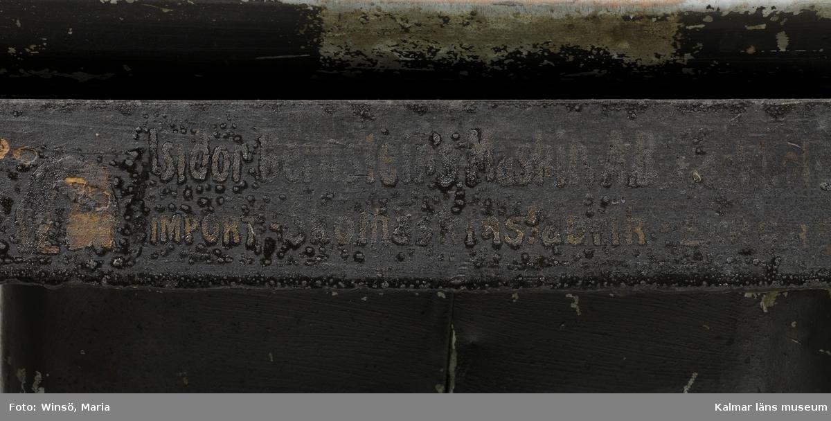 KLM 45466:5. Putsmaskin, putsbord. Bord av svartmålat järn med fyra svängda ben. I fötterna hål för fastgöring i golv. Putsmaskinen är försedd med diverse runda slip- och putshuvuden av metall och trä. Dessa har varierande finhetsgrad, från sandpapper till filt och mjuk borst av djurpäls. Putshuvudena är monterade på en stång som drivs runt med hjälp av drivremmar av läder och drivhjul av stål. Maskinen drivs elektriskt och ett relä är kopplat, genom en sladd, till maskinens underrede. Maskinen har två skyddskåpor av svart- och brunmålad metall. Den större kåpan är försedd med en lucka där putsdammet samlas upp och sugs ut. Luckan är kopplad till ett rör med utsug. En ytterligare förlängning av röret finns bevarat men någon del till röret saknas då rörets passform inte överensstämmer med det fasta röret på maskinen. Till maskinen finns tre extra drivremmar av läder. På bordets front är tillverkarens namn skrivet i gulbrun kulör: Isidor Bernsteins Maskin AB Stockholm. Nedan: IMPORT- Skomaskinsfabrik- EXPORT. På vänstra delen av bordet en liten skylt med en stämpel: 218.