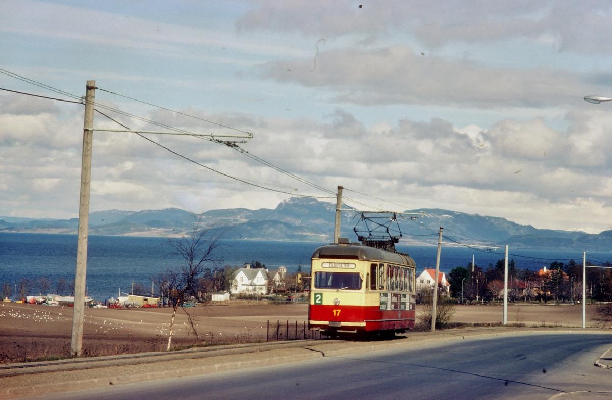 Vogn 17 på vei fra Lade på linje 2 med Trondheimsfjorden i bakgrunnen.