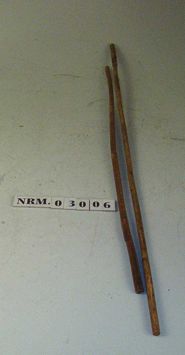 Den øvre enden av røret er omviklet med tjærebredd hyssing i en lengde av 11,7 cm med i alt 63 viklinger.
