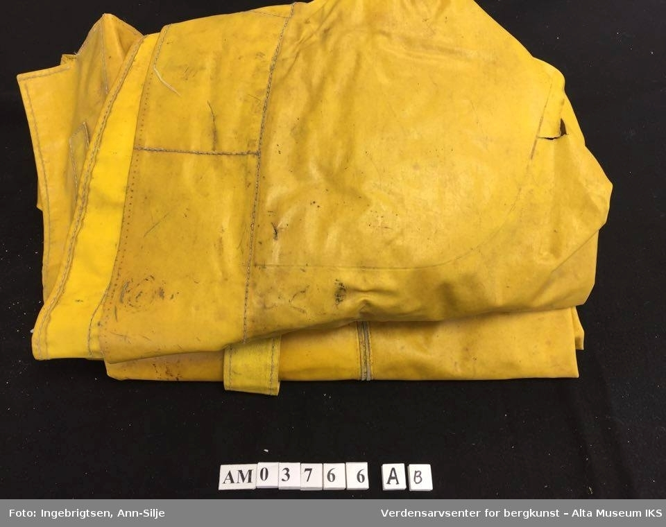d3426c45 ... Verdensarvsenter for bergkunst – Alta Museum IKS. Gul jakke med hette  og bukse med seler.