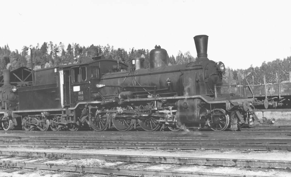 Damplokomotiv type 18c 213 ved lokstallen på Hønefoss.