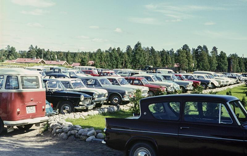 En del av bilene som sto på Norsk Skogbruksmuseums parkeringsplass mot Solørvegen i Elverum da museet arrangerte Jaktens og fiskets dag i 1967.