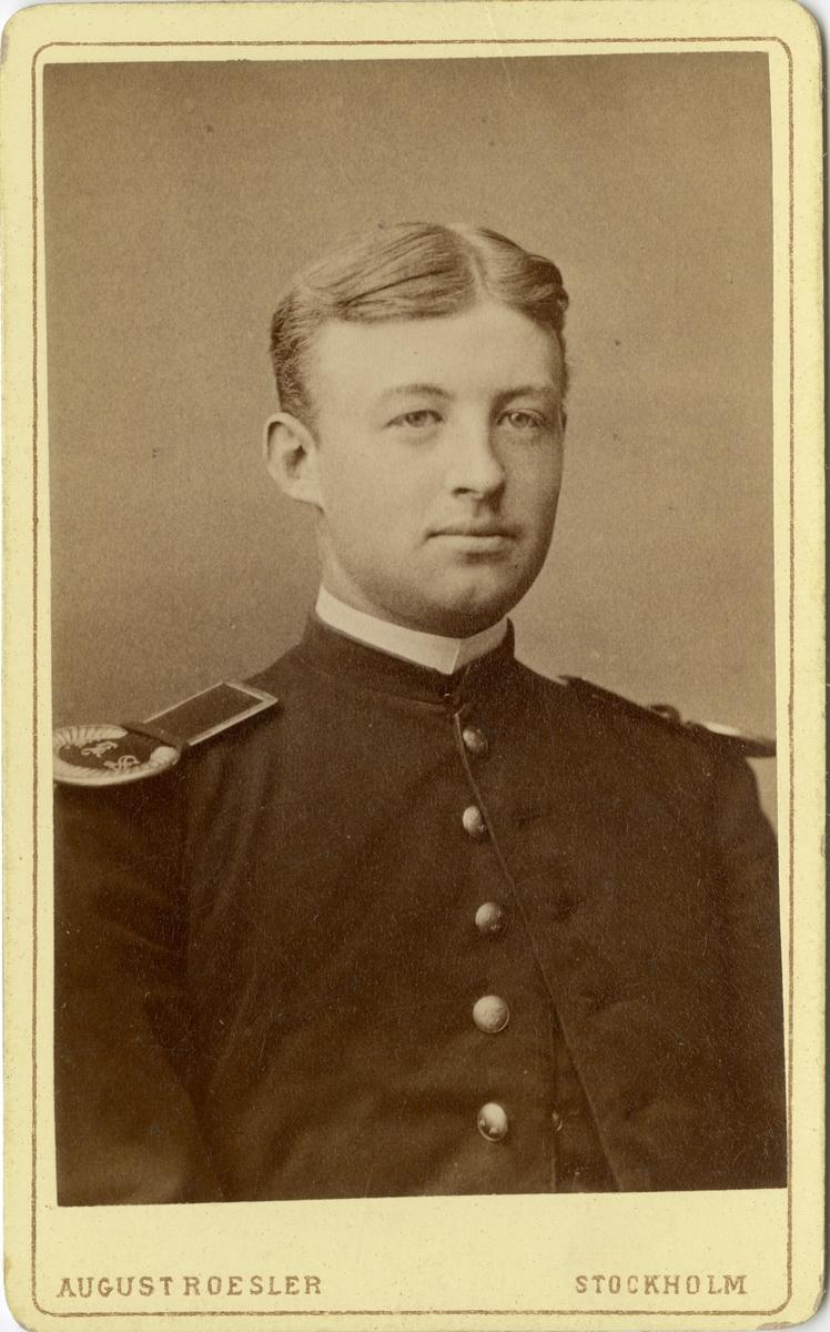 Porträtt av Knut Johan Vilhelm Rudman Bergenstråhle, kadett vid Karlberg och senare löjtnant vid Smålands grenadjärbataljon I 7.  Se även bild AMA.00021772.