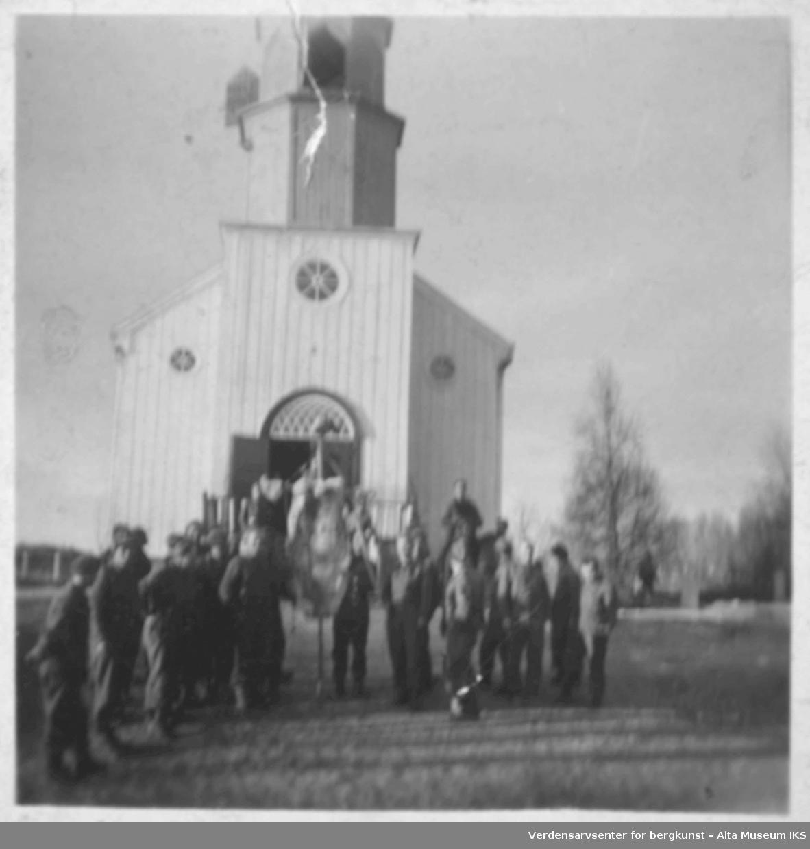 Soldater oppstilling utenfor Alta kirke.