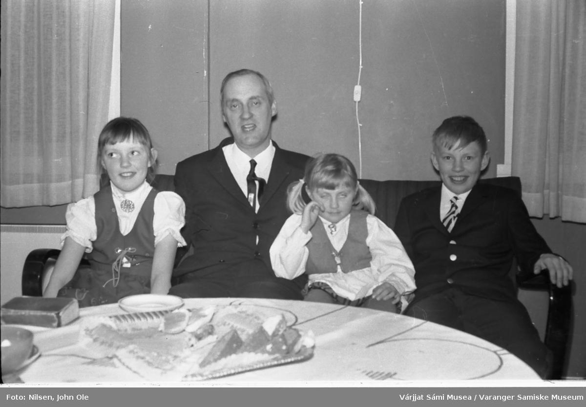 Sokneprest Erik Schytte Blix med sine tre barn. Kan være tatt på prestegården i Nesseby. 28. mars 1967.
