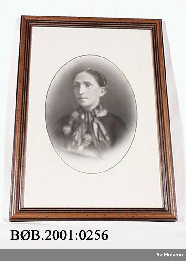 Form: Rektangulært, innramma. Portrett av kvinne.