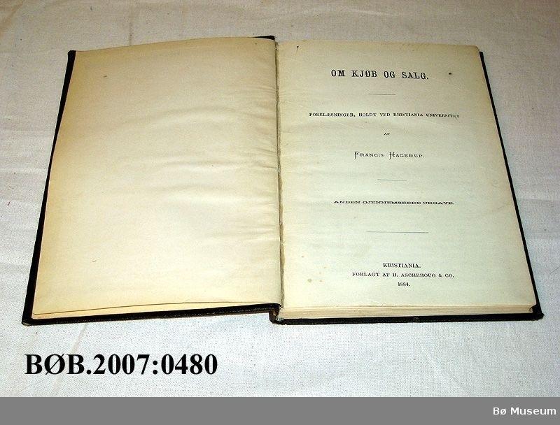 Innbunde bok med skinnrygg, det er laga eit omskag av papp