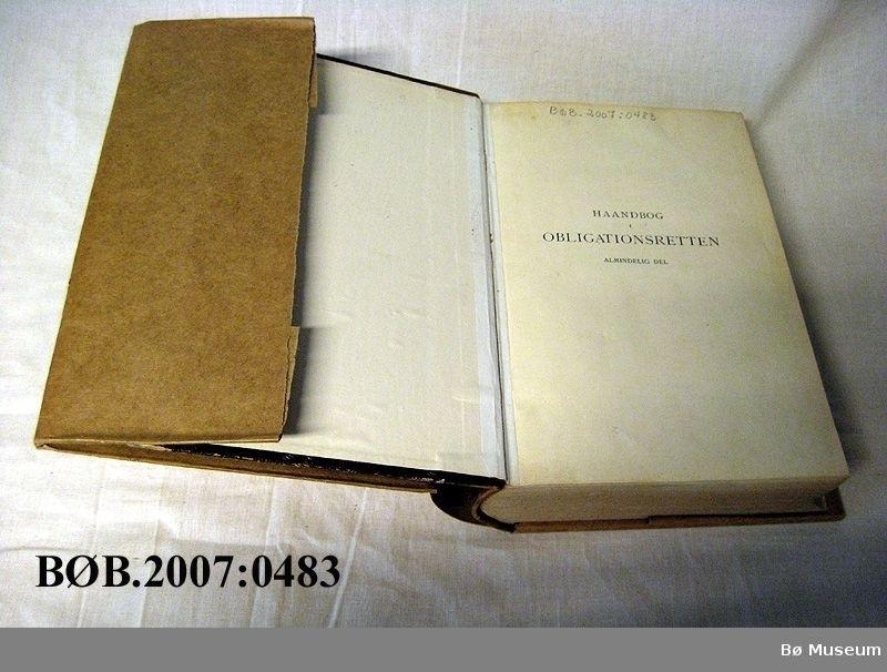 Innbunde bok med skinnrygg, og bokomslag av tykt gråpapir