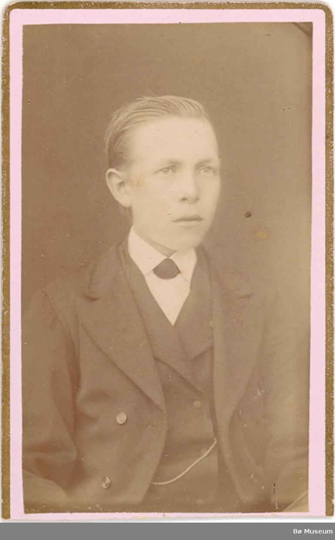 Brystbilde av ung gut; Hans S. Sisjord, i Bø.