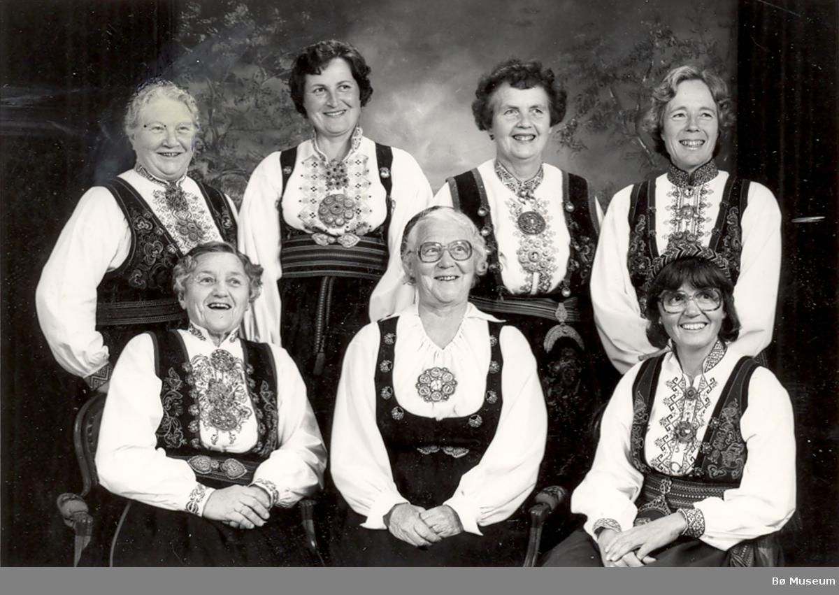 Sju ulike leiarar i Bø Bondekvinnelag (nå Bø Bygdekvinnelag) fotografert ved 50-årsjubileet i 1981