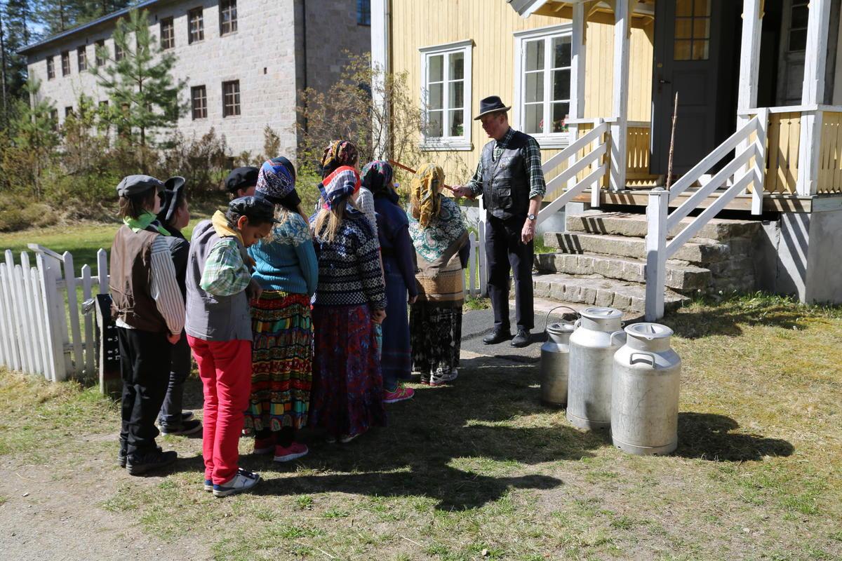 De nye elevene stiller opp utenfor skolebygningen.