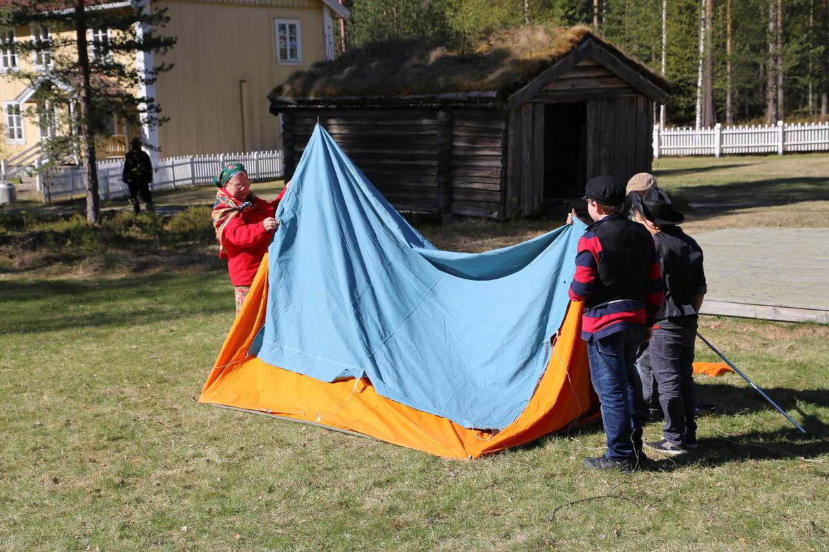 Å slå opp telt er en øvelse i samarbeid!