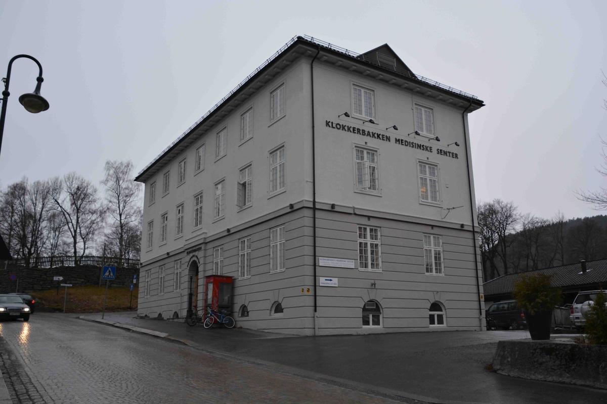 """Kongsberg telebygg ligger innenfor byens kultursentrum og er et godt eksempel på """"offentlig"""" nyklassisisme. Byggets fasade, inngangsparti og trapperom er spesielt bevaringsverdig. Bygget har vært brukt som opplysningssentral. Det er et pusset murbygg i nyklassisistisk stil, tre etasjer."""
