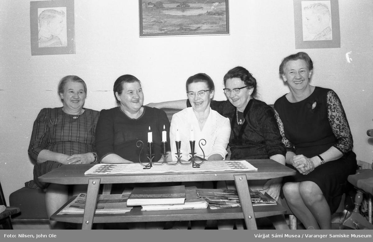 Bursdagsselskap, i anledning Signe Nilsens 50-årsdag, hjemme hos Signe og John Ole Nilsen i Bunes. Dette er fem av søstrene Ravna. Fra venstre: Ragna Ravna, Hansine Krogh, Signe Nilsen, Agnes Øwre og Magnhild Sivertsen. 10. april 1967