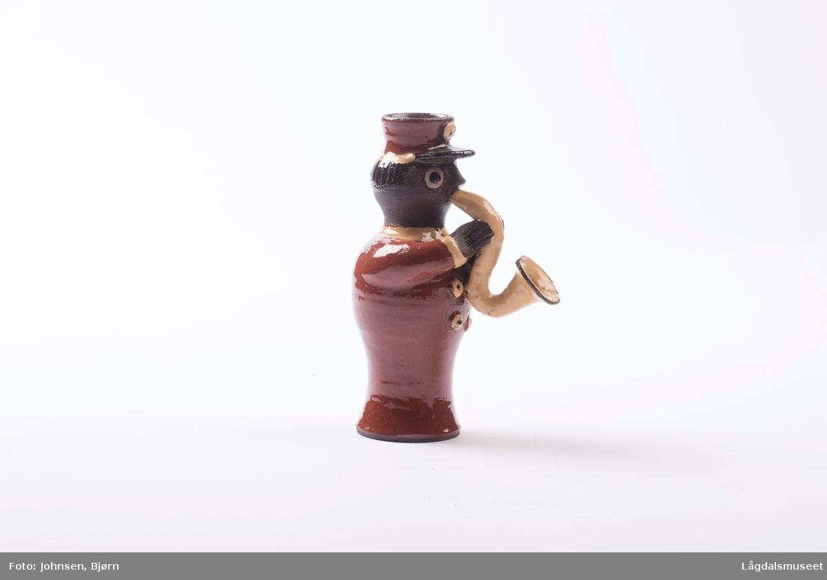 Dekoren på lysestaken utgjør uniformen til musikanten. Utforelsen er en musikant som spiller saksofon.