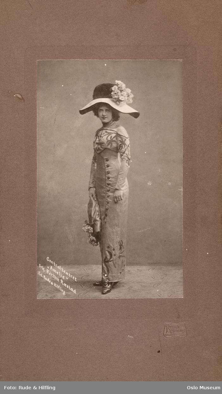 """portrett, kvinne, skuespillerinne, rollebilde, """"Amelie"""" på Centralteatret, stående helfigur, kostyme, hatt"""